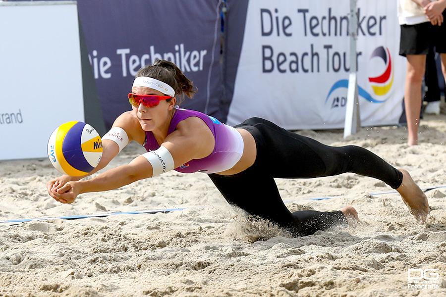 Beachvolleyball Nachwuchstalent Anna-Lena Grüne im Hechtsprung